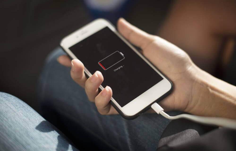 grupo de clientes processam apple por obsolescencia programada do iphone